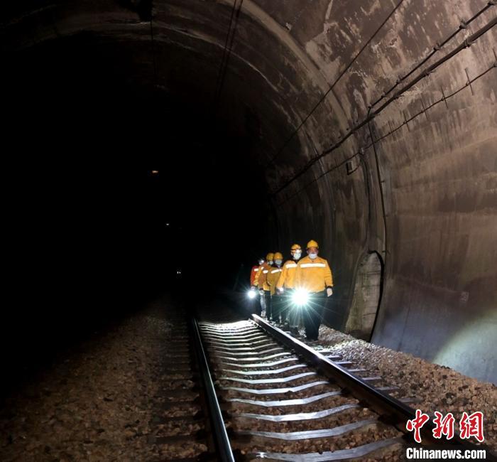"""五指山隧道""""夜巡人"""":6小时巡查,只为列车安全畅行4分钟"""