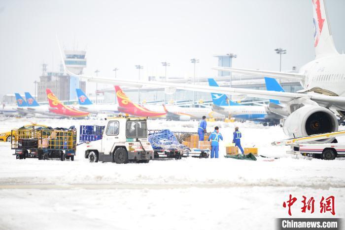 暴雪致大连机场航班延误75班 机场跑道已恢复开放