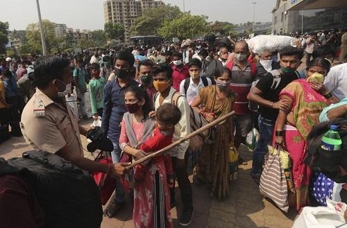 美联社:印度新冠疫情爆表一天新增20万病例总数破1千4百万 宾馆餐厅改成医院病房