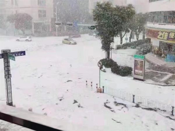云南文山遇冰雹街道成冰河:市民感叹还穿着短袖