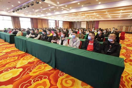 陕西省宜君县,支付宝工程师对前来答聘人造智能训练师的乡下青年们做培训