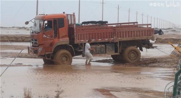 塔克拉玛干沙漠遭遇洪水,中石化三万套设备被淹