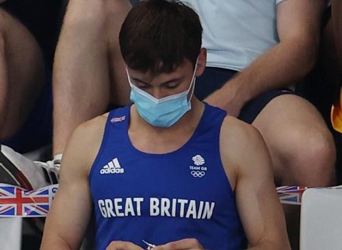 日媒:英国跳水金牌得主戴利在东京奥运观众席为小狗织毛衣 引发围观