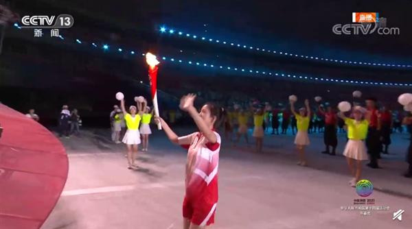 全红婵身着裙装登场手挥国旗 苏炳添等6位火炬手接力点燃主火炬